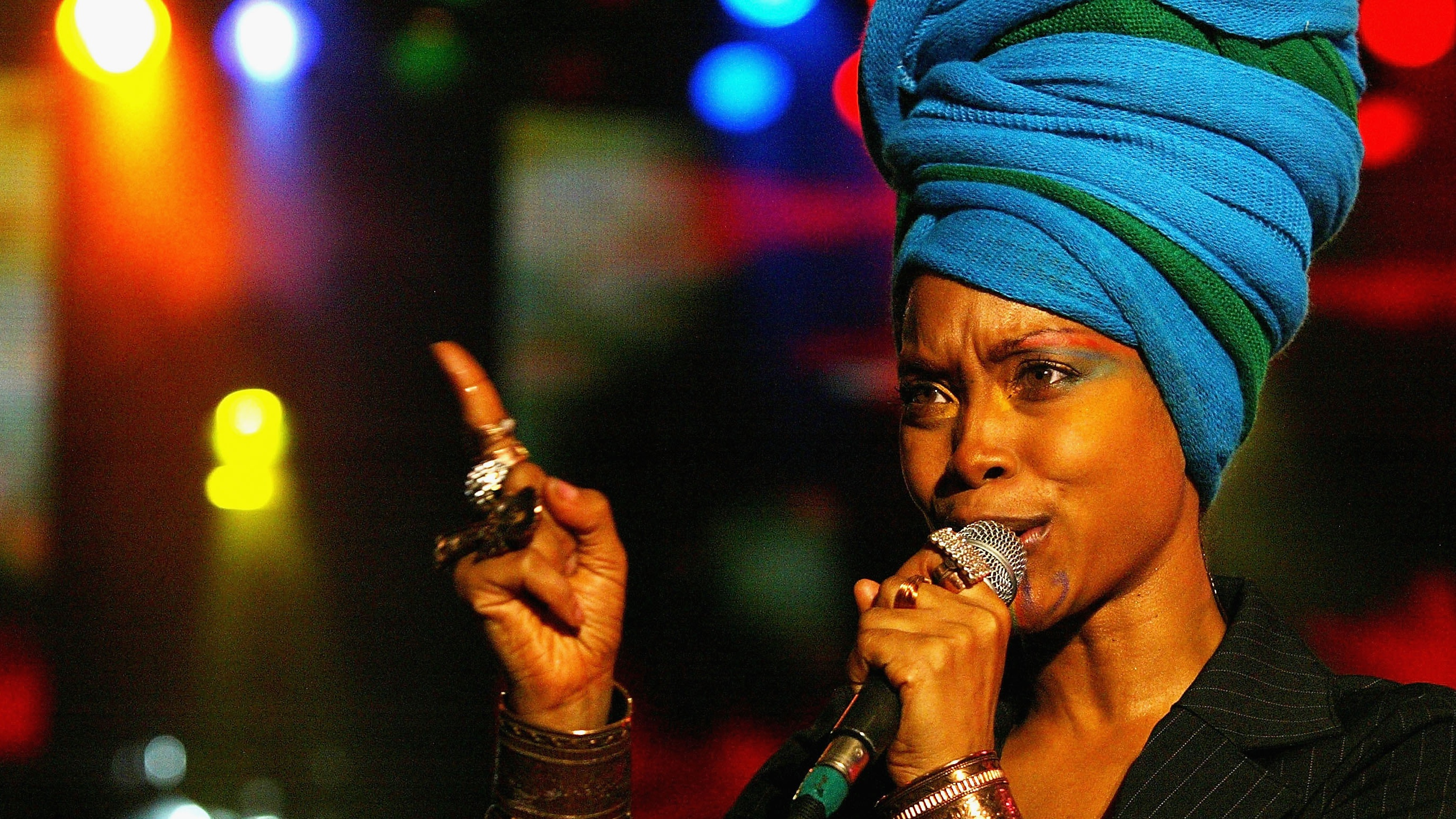 Singer Erykah Badu makes only $3.60 performing on New York street